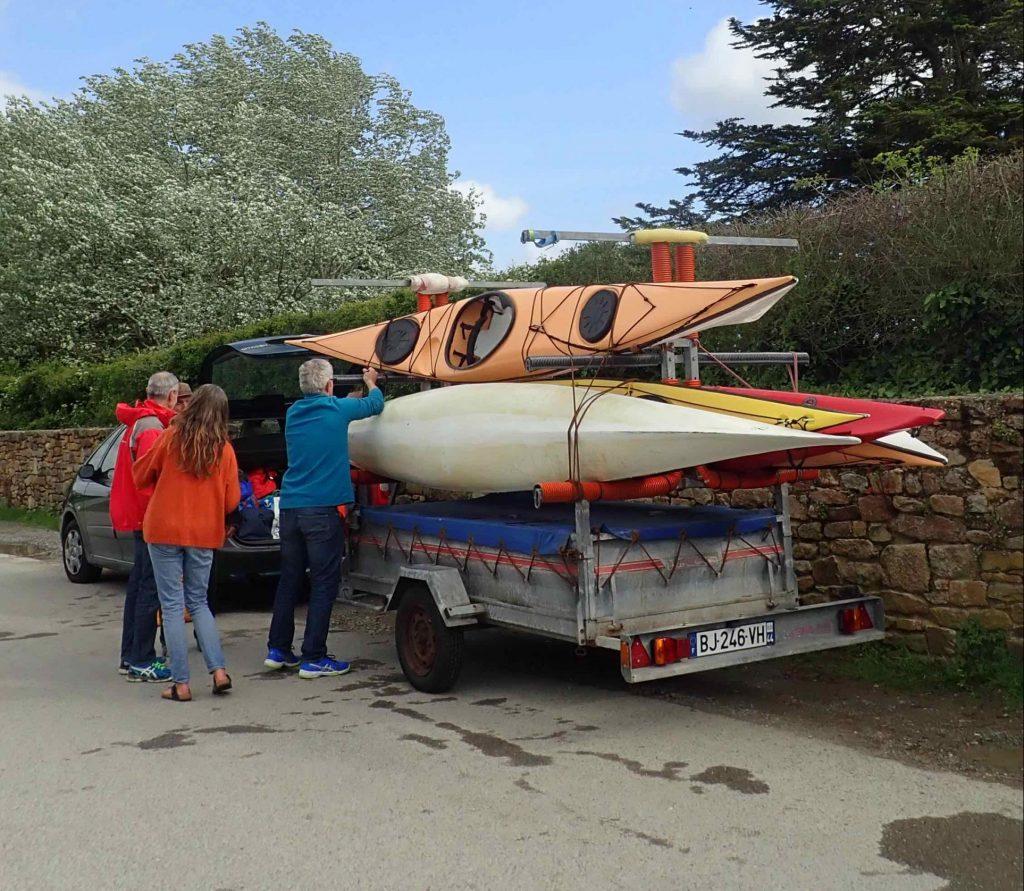 Valérie,Jacques, Patrick aident au chargement des kayaks