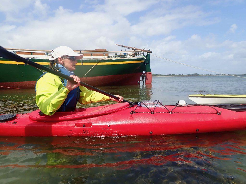 """Nathalie avec le bateau """"Belle de Vilaine"""" en arrière plan"""