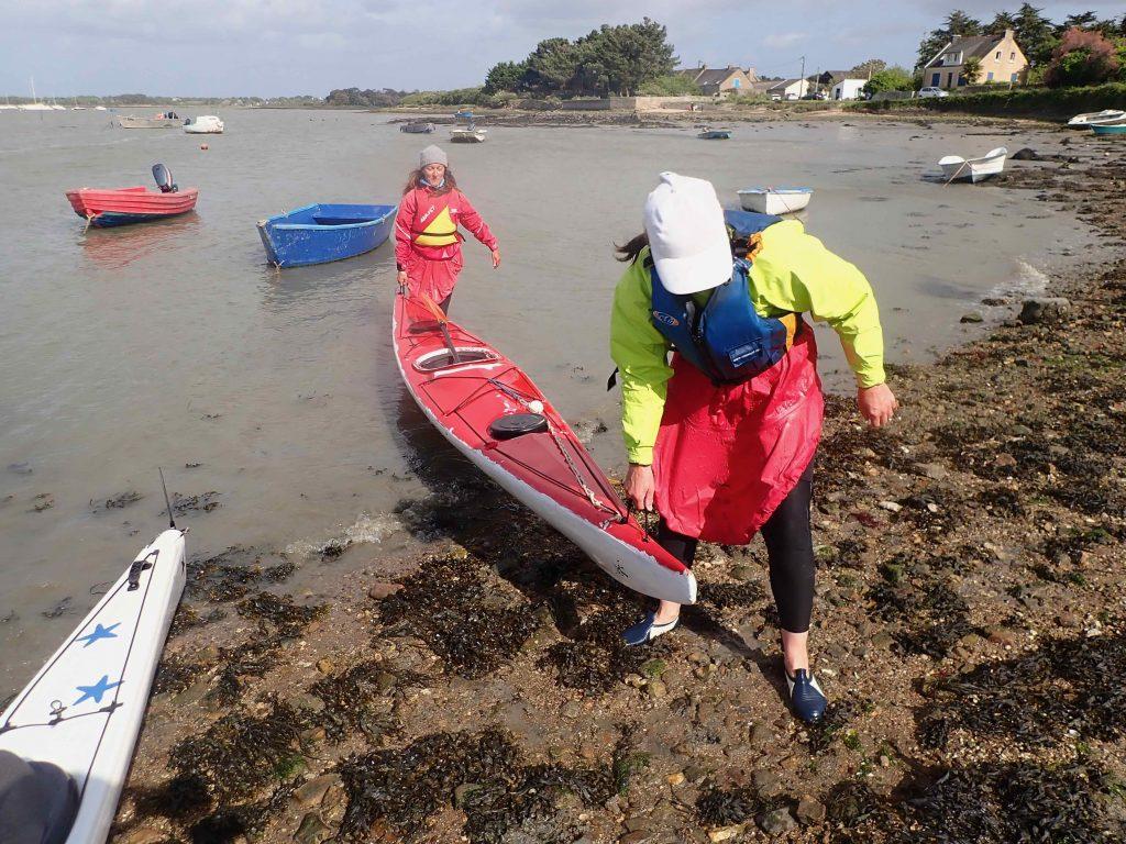Valérie et Nathalie sorte un kayak à la cale de St Armel