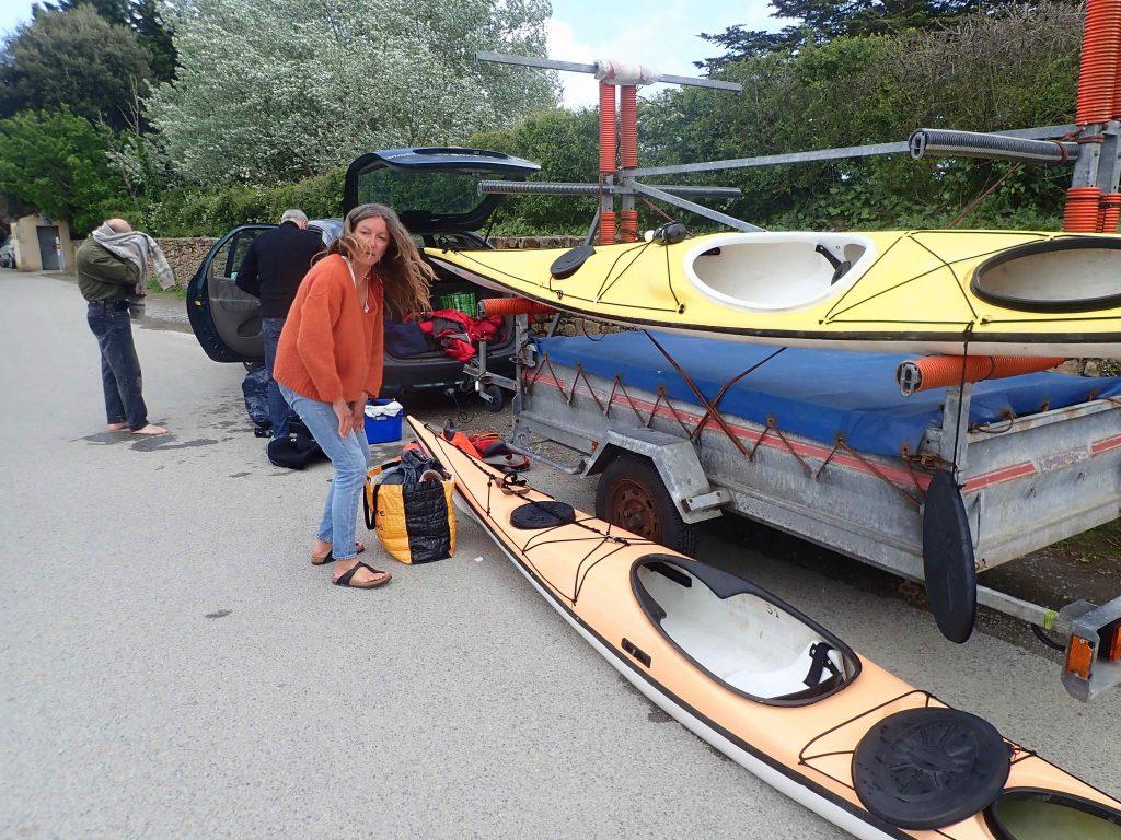 Valérie aide à charger un kayak sur la remorque